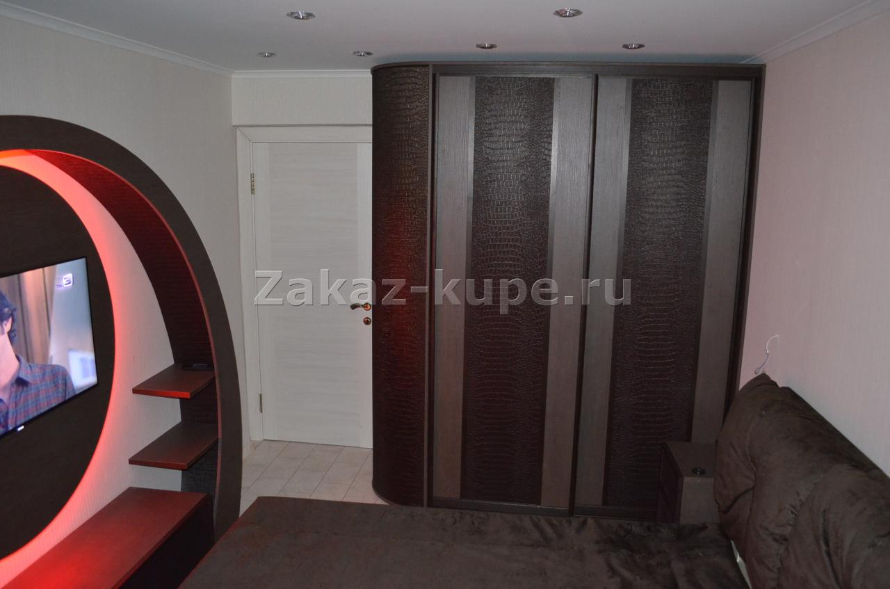 Шкаф купе с кожанными дверями 208.